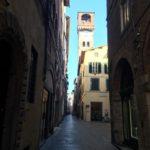 una strada di Lucca deserta
