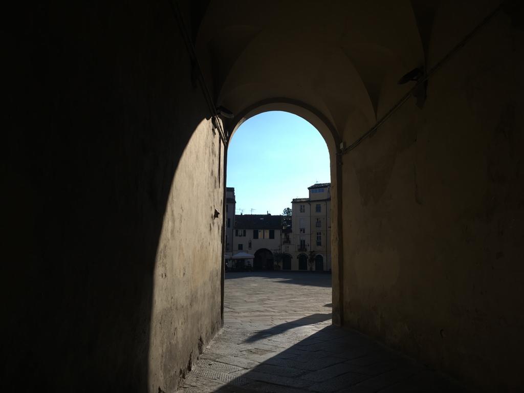 Veduta di Piazza Anfiteatro da una delle porte dell'Anfiteatro