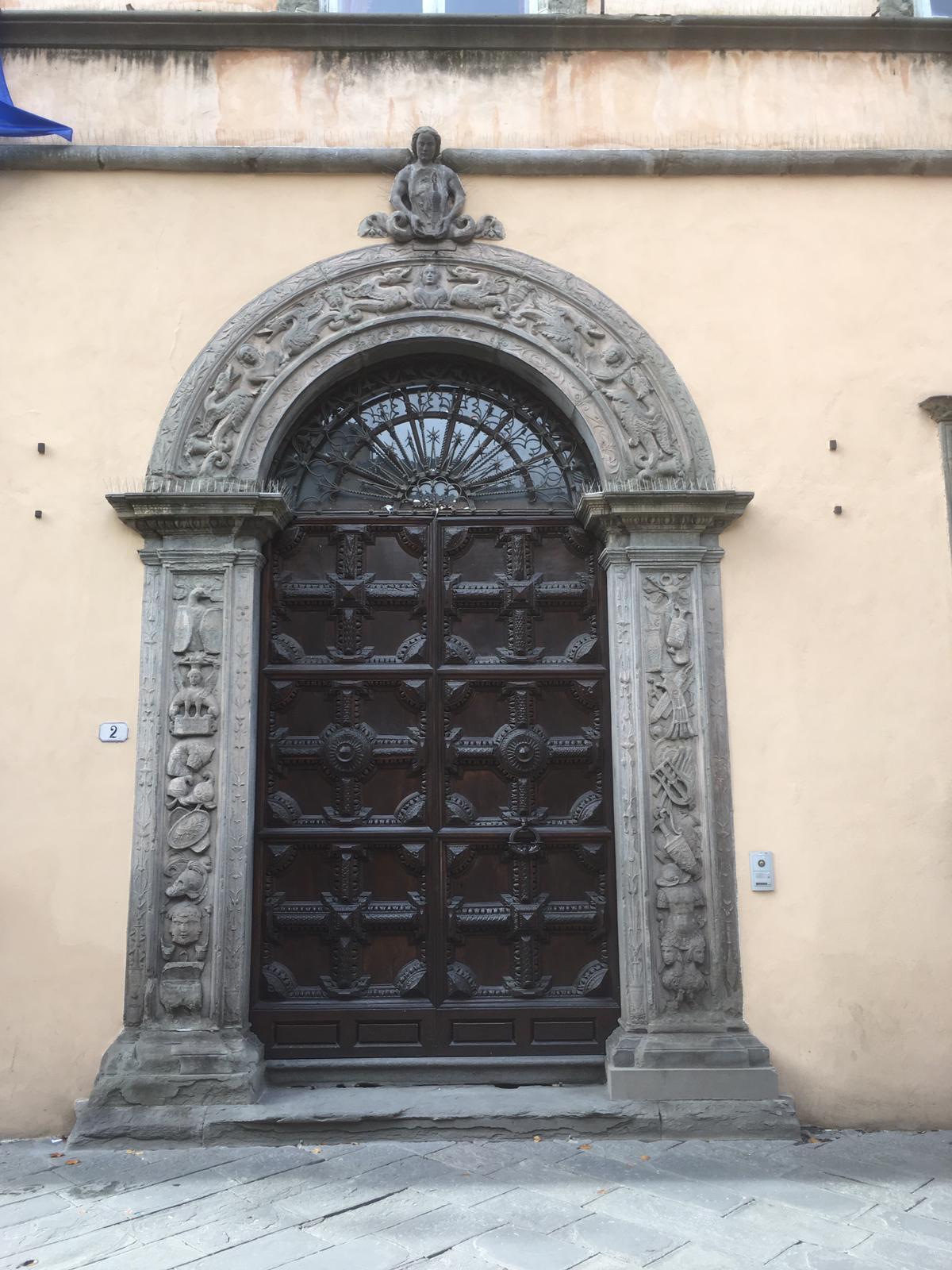 Portone ottocentesco di accesso a Palazzo Orrsetti
